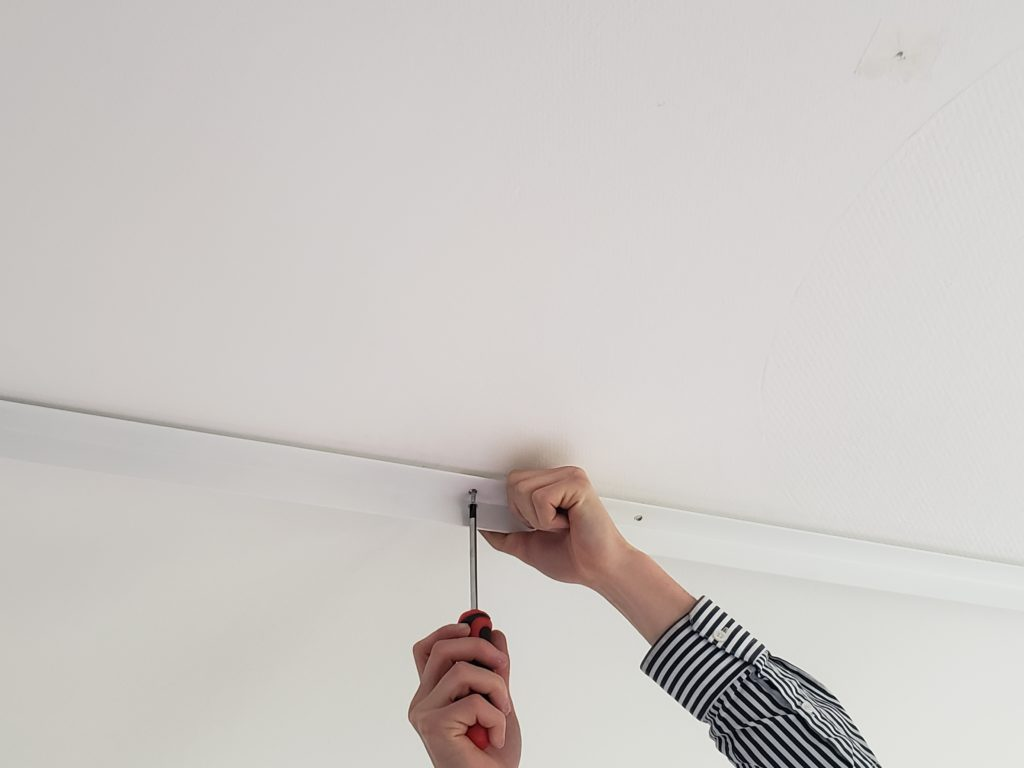 vissage du pré-cadre au plafond