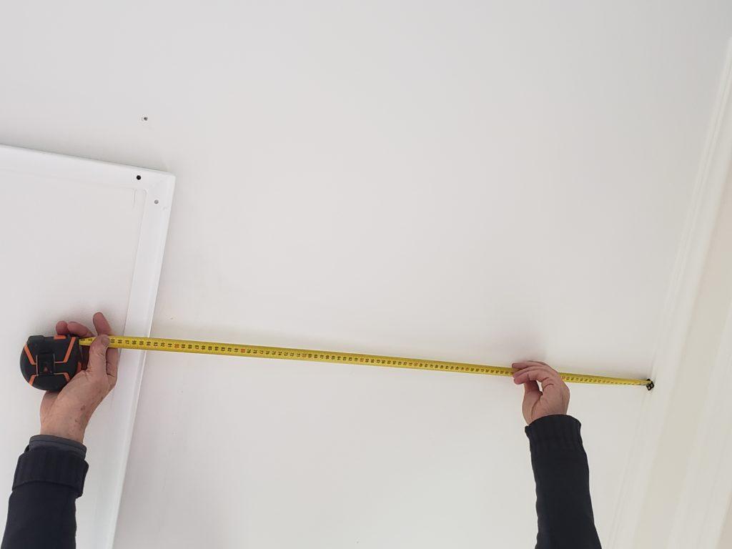 mesure du plafonnier pour s'assurer qu'il soit parallèle