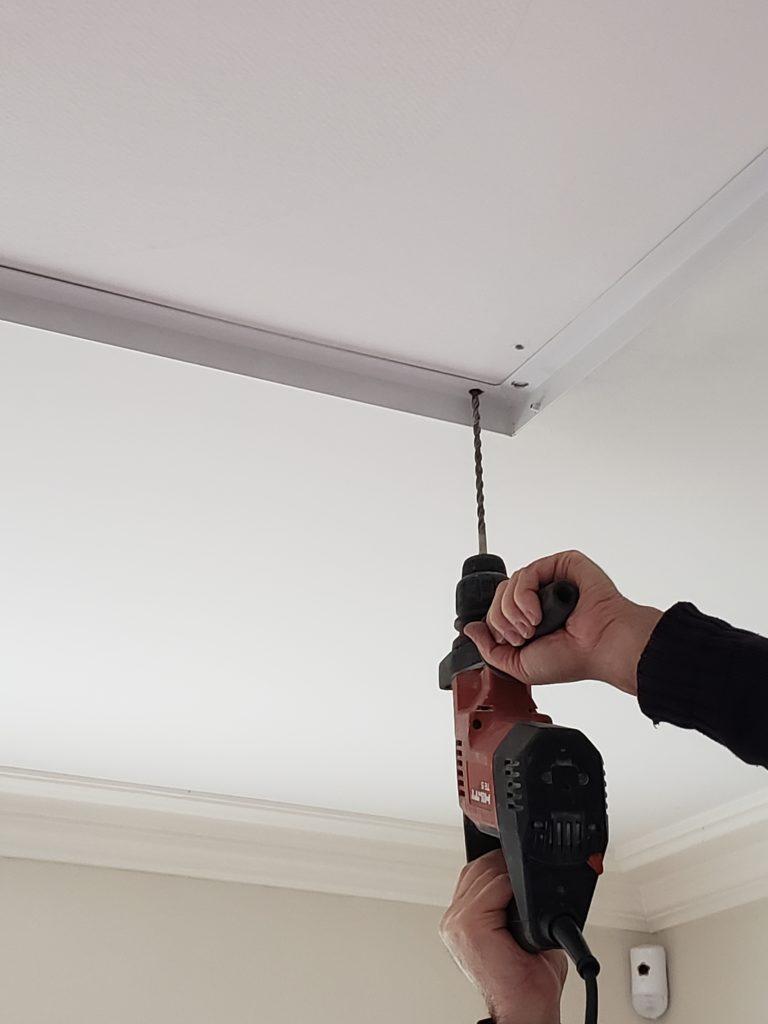 réalisation des trous du pré-cadre au plafond